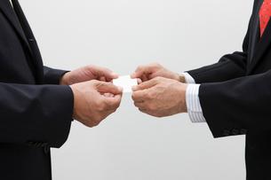 名刺交換する男性の手の写真素材 [FYI01880453]