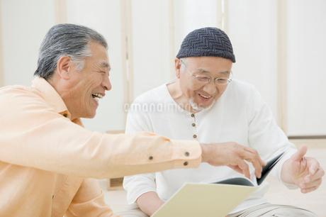 本を見る二人のシニア男性の写真素材 [FYI01880480]