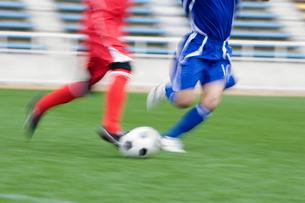 ボールを追いかける2人のサッカー選手の写真素材 [FYI01880586]