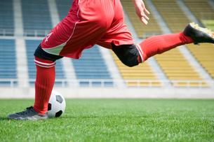 サッカーボールを蹴る選手の写真素材 [FYI01880597]