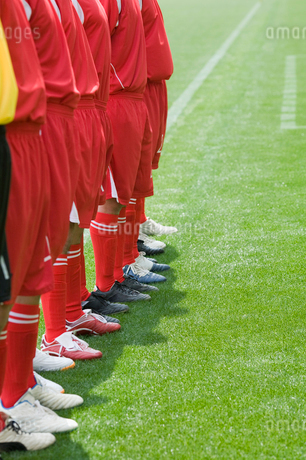 サッカー場に立つ選手の写真素材 [FYI01880621]