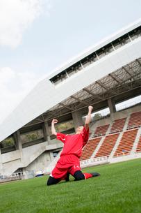 サッカー場でガッツポーズをする選手の写真素材 [FYI01880676]