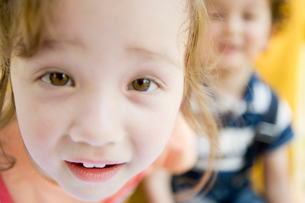 覗き込む女の子の写真素材 [FYI01881090]