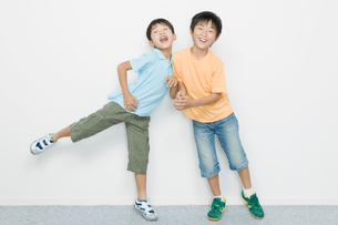 ふざけ合う小学生の男の子の写真素材 [FYI01881107]