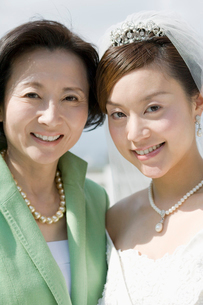 新婦と母親の写真素材 [FYI01881158]