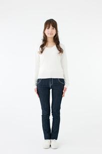 立ち姿の女性の写真素材 [FYI01881161]