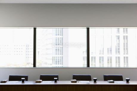 ビル街を臨む会議室の写真素材 [FYI01881162]