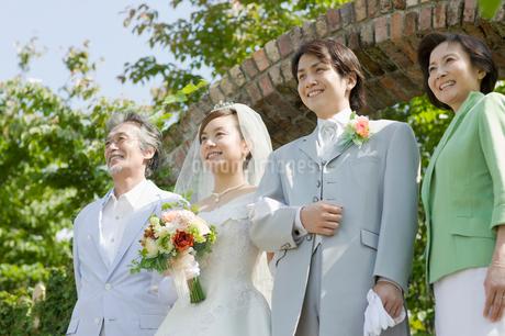 新郎新婦と両親の写真素材 [FYI01881243]