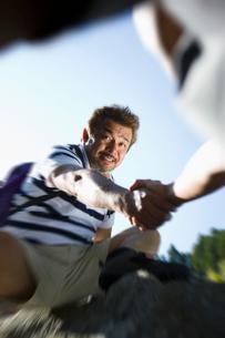 岩登りをする日本人男性の写真素材 [FYI01881373]
