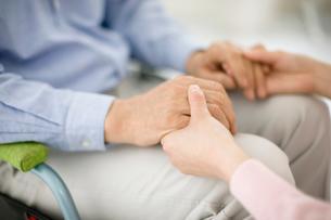 患者の手を握る看護師の手の写真素材 [FYI01881444]