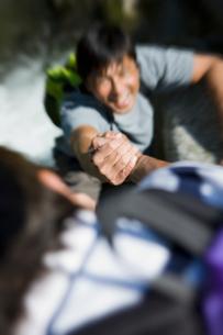 岩登りをする日本人男性の写真素材 [FYI01881546]
