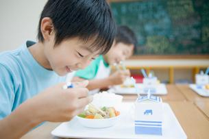 給食を食べる日本人の小学生の写真素材 [FYI01881640]