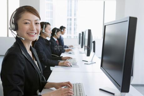 コールセンターのビジネスウーマンの写真素材 [FYI01881683]
