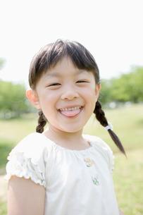 舌を出す笑顔の女の子の写真素材 [FYI01881742]