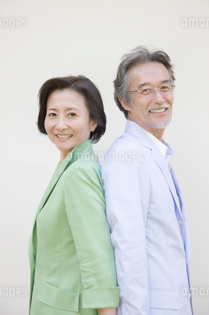 背中合わせのシニア夫婦の写真素材 [FYI01881802]