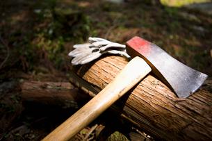 木材と斧の写真素材 [FYI01881962]