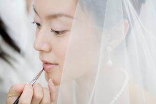 口紅をつける新婦の写真素材 [FYI01882028]
