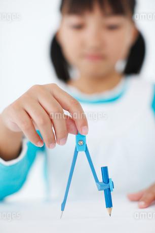 コンパスを持つ女の子の写真素材 [FYI01882699]