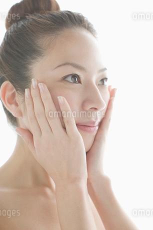 顔に手をあてる女性の写真素材 [FYI01882817]