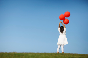 風船を持った女の子の写真素材 [FYI01882917]