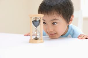 砂時計を見る男の子の写真素材 [FYI01882959]