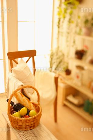 窓辺の椅子と籠の写真素材 [FYI01883513]