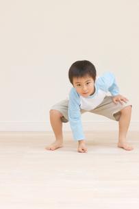 相撲をとる男の子の写真素材 [FYI01883596]