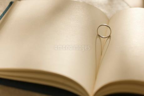 本と指輪の写真素材 [FYI01883708]