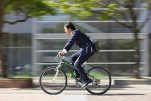 自転車に乗ったビジネスマンの写真素材 [FYI01884103]