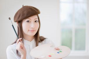 ベレー帽をかぶった女性の写真素材 [FYI01884194]