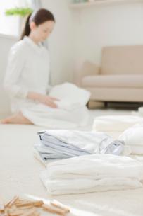 洗濯物をたたむ女性の写真素材 [FYI01884291]