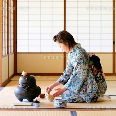 お茶をたてる女性の写真素材 [FYI01884446]