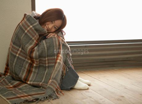 ブランケットを羽織った女性の写真素材 [FYI01884532]
