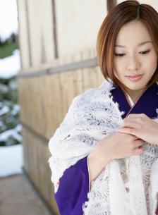 ショールを肩にかけた着物姿の女性の写真素材 [FYI01884632]