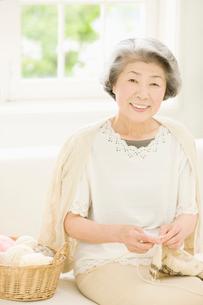 編み物をする女性の写真素材 [FYI01884739]