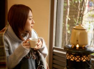 コーヒーカップを持つ女性の写真素材 [FYI01884914]