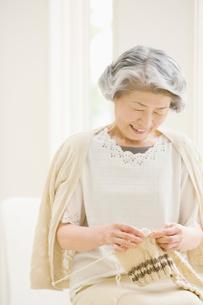 編み物をする女性の写真素材 [FYI01885097]
