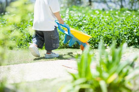 台車を押す子供の写真素材 [FYI01885249]