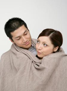 毛布に包まるカップルの写真素材 [FYI01885380]