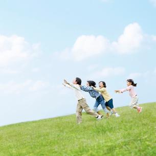 走る子供の写真素材 [FYI01885418]