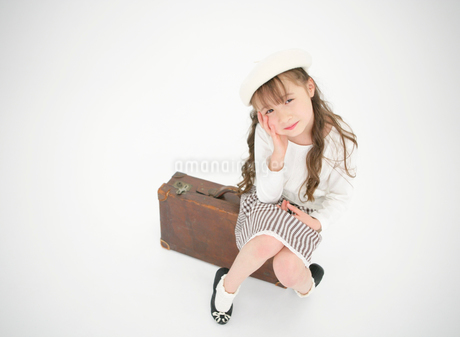 トランクに座る女の子の写真素材 [FYI01885530]
