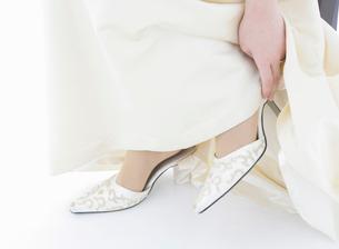 ウェディングドレス姿の女性の白い靴の写真素材 [FYI01885631]