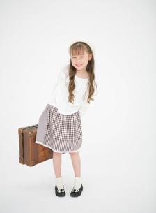トランクを持つ女の子の写真素材 [FYI01885665]