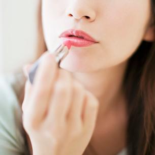 口紅を塗る女性の写真素材 [FYI01885715]