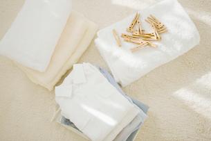 洗濯物と洗濯バサミの写真素材 [FYI01885743]