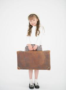 トランクを持つ女の子の写真素材 [FYI01885764]