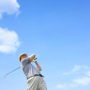 ゴルフをする男性の写真素材 [FYI01885799]
