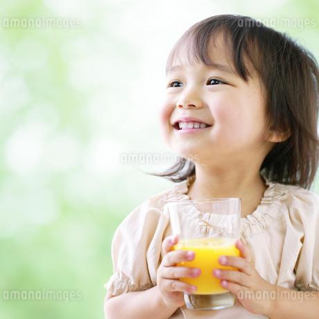 グラスを持つ女の子の写真素材 [FYI01885818]