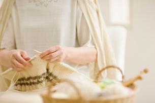編み物をする女性の手の写真素材 [FYI01885849]