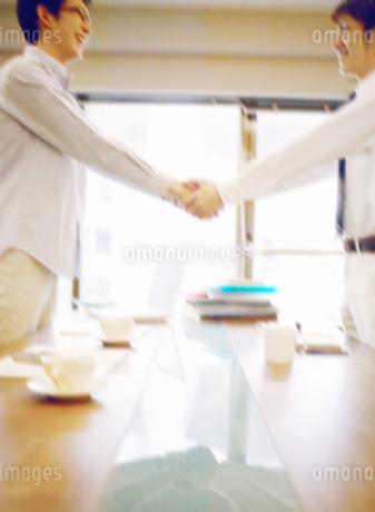 握手をする男性の写真素材 [FYI01886042]